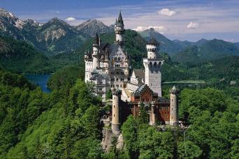 Breathtaking view of Neuschwanstein castle as seen on a sightseeing tour